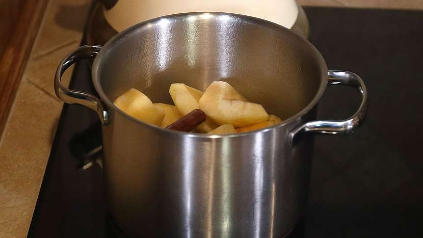 Zmrazená ovocná dřeň: nakrájená jablka povaříme