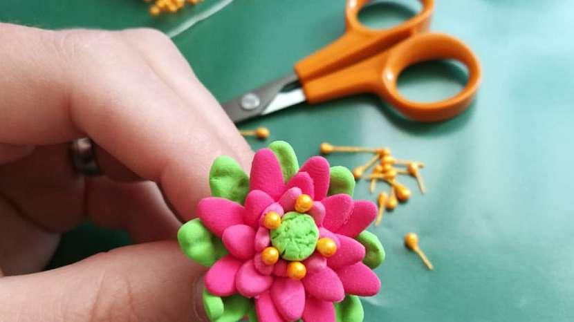 Jak vyrobit dekorativní květinky ze samotvrdnoucí hmoty 13