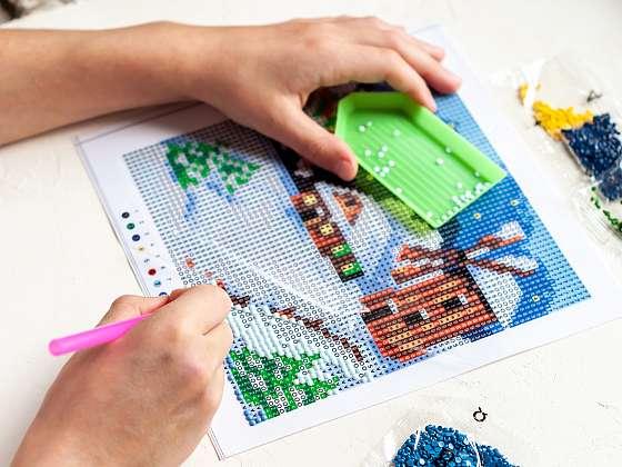 S blýskavými barevnými kamínky vytvoříte hotová umělecká díla (Zdroj: Depositphotos)