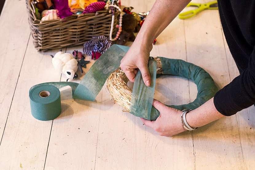 Jak vyrobit báječnou dekoraci do dětského pokoje: Věnec z hraček 3