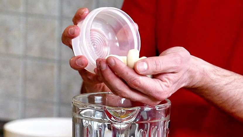 Česneková pomazánka: rozklepneme vejce a přidáme stroužky česneku