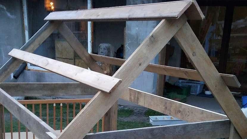 Zahradní domeček z palet: vyrobíme špičatou střechu