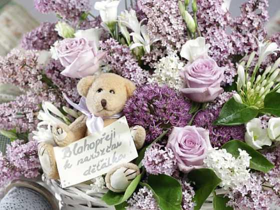 Jak vyrobit dárek šťastným rodičům k narození děťátka: Květinový koš s medvídkem (Zdroj: Můj květinový ateliér)