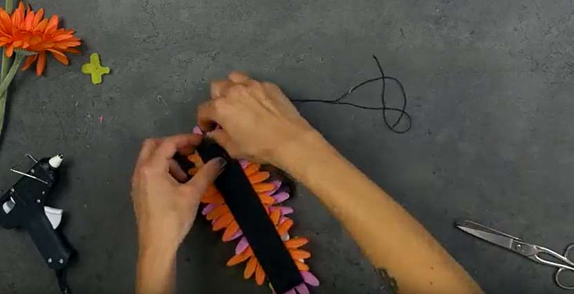 Květinová čelenka do vlasů: našijte gumu