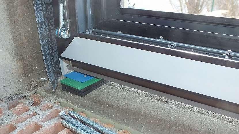 Montáž oken: připravíme si pomocné klínky, kladívko a vodováhu
