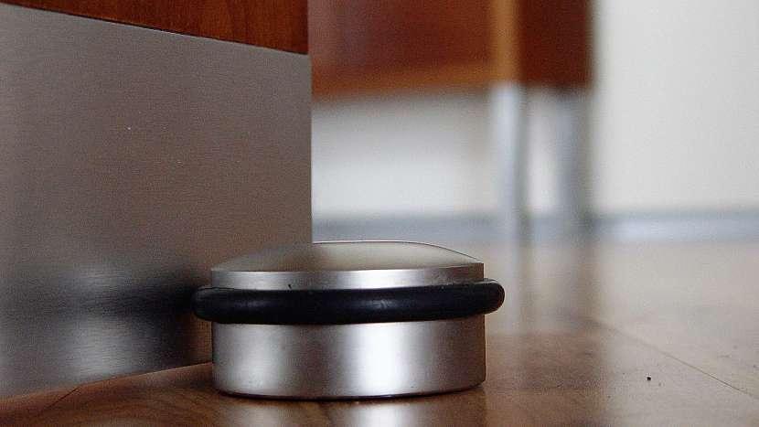 Ticho léčí: dveřní zarážka může ladit nejen s dveřním kováním, ale i s vzhledem vašeho domova