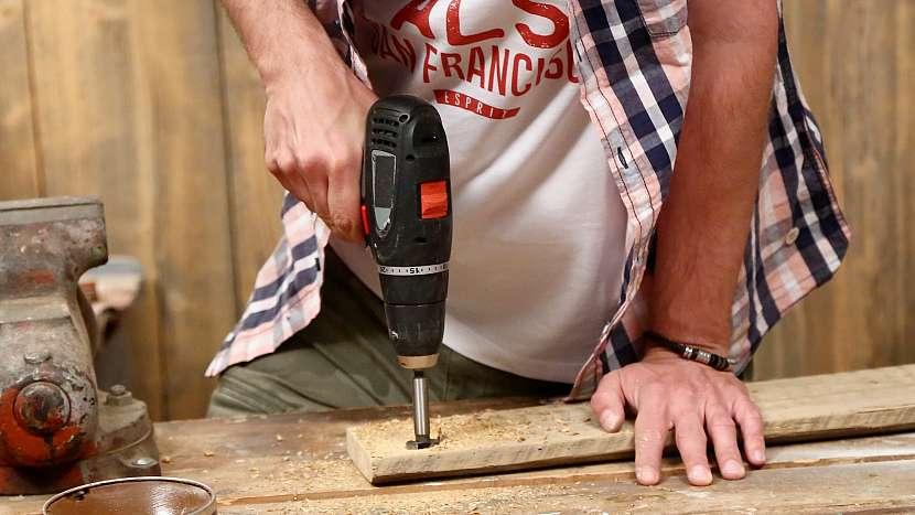 Magnetický držák na nože: v prknu vytvoříme kulaté otvory na magnety