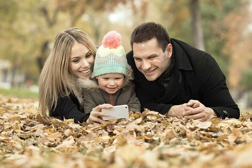 Procházky v padajícím listí vás mohou nabít pozitivní energií stejně jako letní slunce