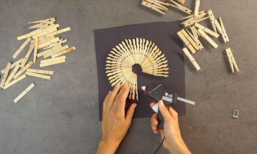 Podložka pod hrnec z dřevěných kolíčků: podložku podlepte