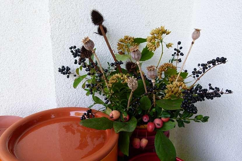 Balkonová dekorace a krmítko v jednom: květinová výzdoba
