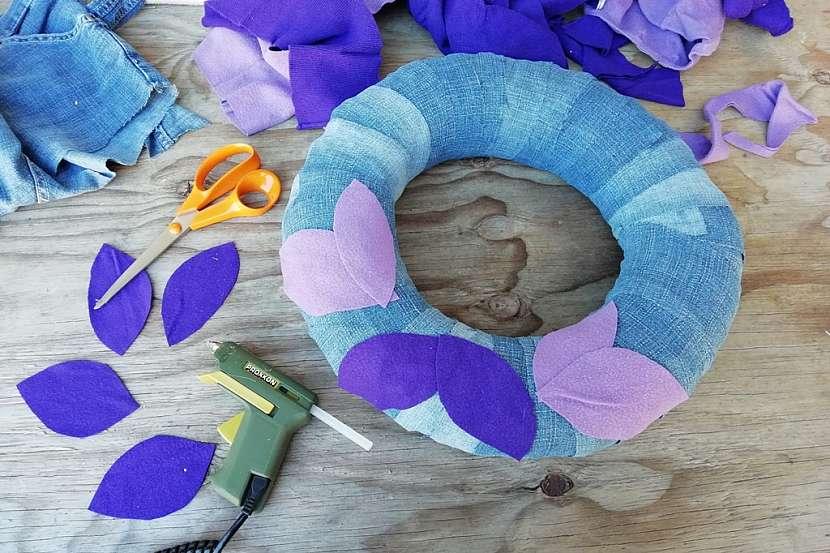 Věnec ze starých džínů a svetrů: nastříhejte listy