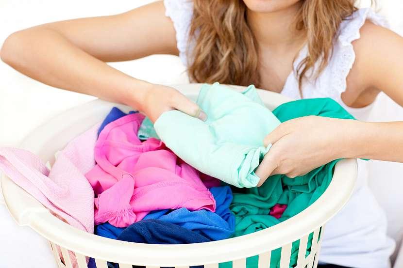 Žena třídící prádlo