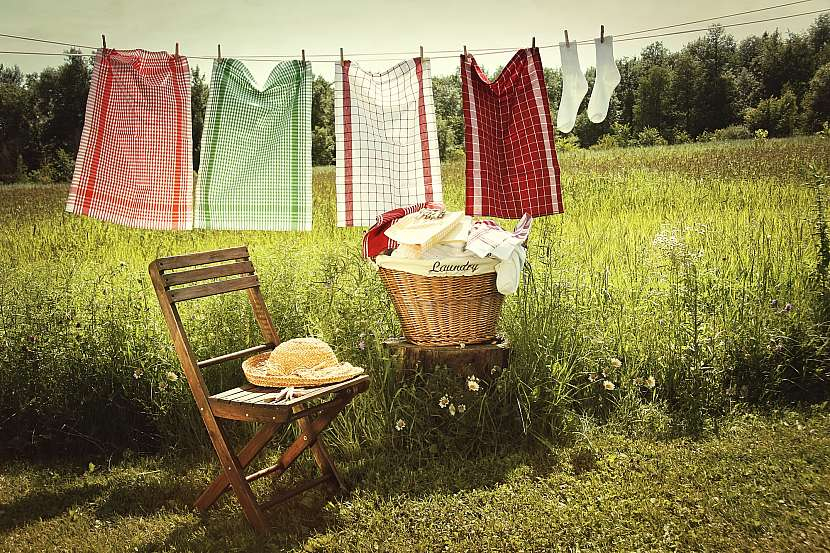 Šňůra s pověšeným prádlem a ponožkami