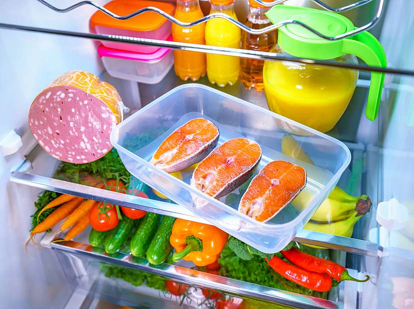 Maso, ryby i uzeniny bychom měli skladovat odděleně od ostatních potravin