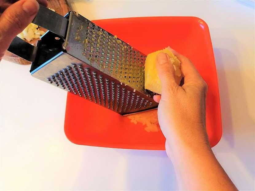 Ve slupce vařené brambory nastrouhejte najemno