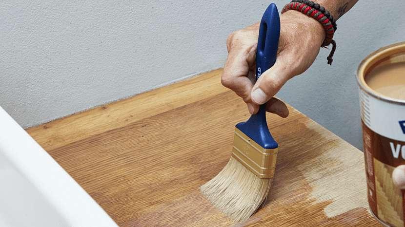 Voskový olej se hodí i na dřevěné stolky pod umyvadlo