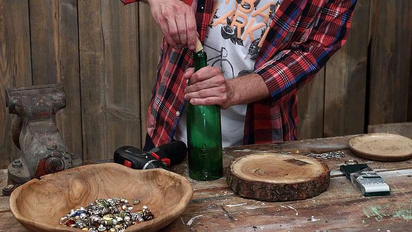 Jak vyrobit zvonkohru: zátku s háčky zatlačíme do hrdla láhve