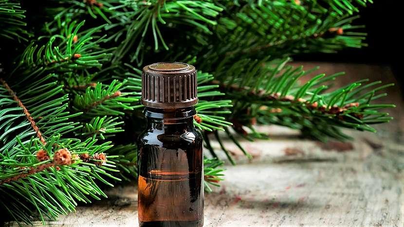Domácí smrkový masážní olej se aplikuje na namožené svaly a bolavéklouby