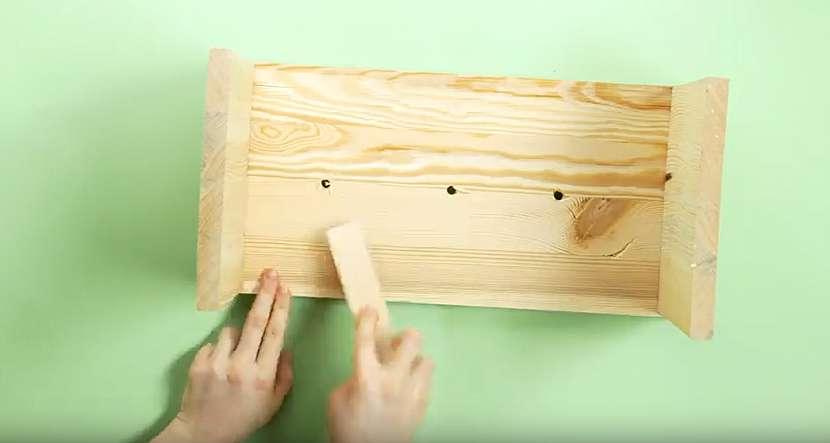 Netradiční váza ve tvaru dřevěné stoličky: sešroubujte stoličku