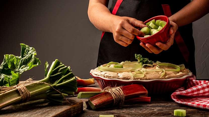 Kuchařka dává na těsto rebarboru