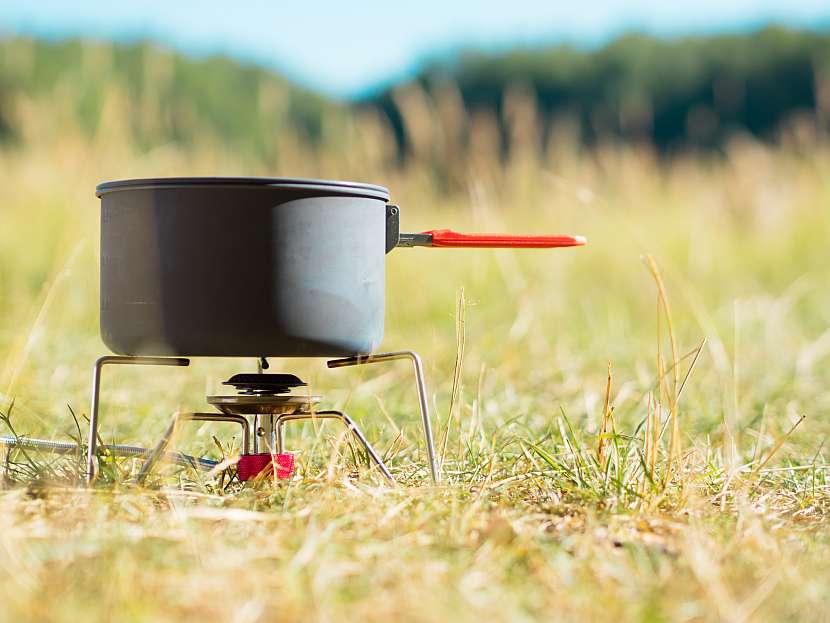 Plynový vařič využijete také při výletech pod stan