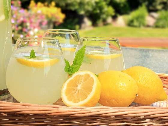 V horkých letních dnech vás nejlépe osvěží citronová limonáda. Vyrobte si ji podle našich receptů (Zdroj: Depositphotos (https://cz.depositphotos.com))