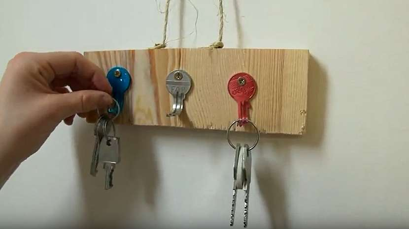 Věšák na klíče s klíči: Když zámek už dávno chybí