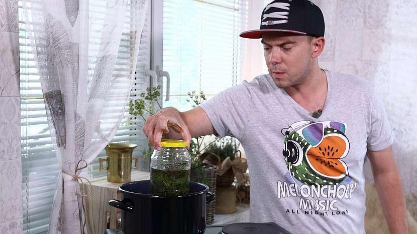 Domácí mátový olej: sklenici vyjmeme a mátu necháme macerovat