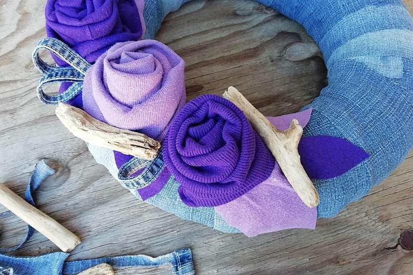 Věnec ze starých džínů a svetrů: doplňte klacíky