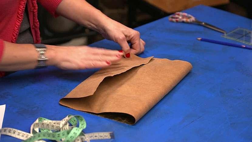 Nastřihnutý kus kůžopapíru vyzkoušíme, zda bude vyhovovat