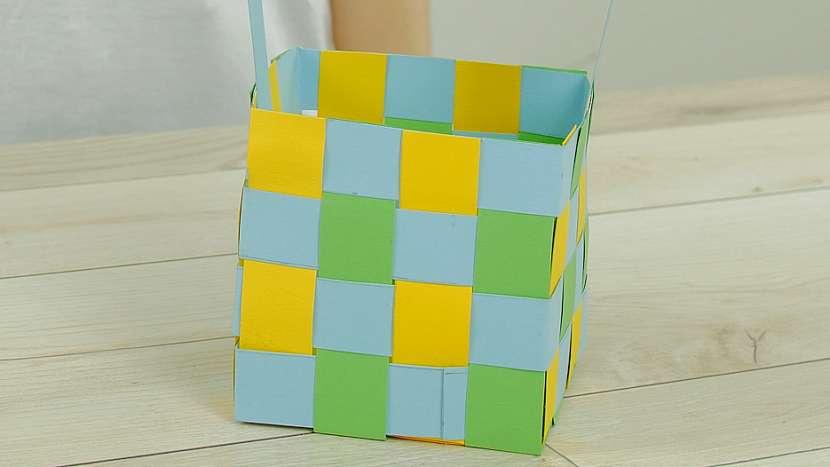 jak vyrobit proplétaný papírový košíček