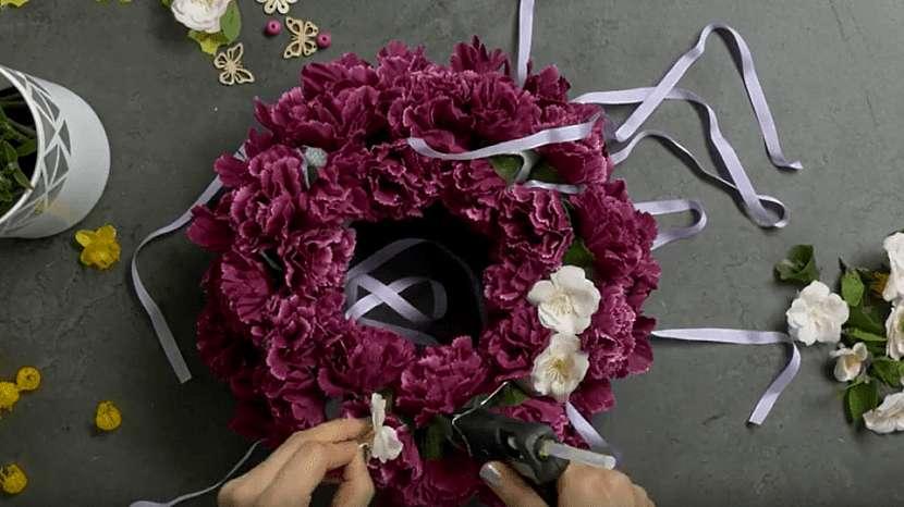 Závěsný ozdobný věnec: doplňte květy