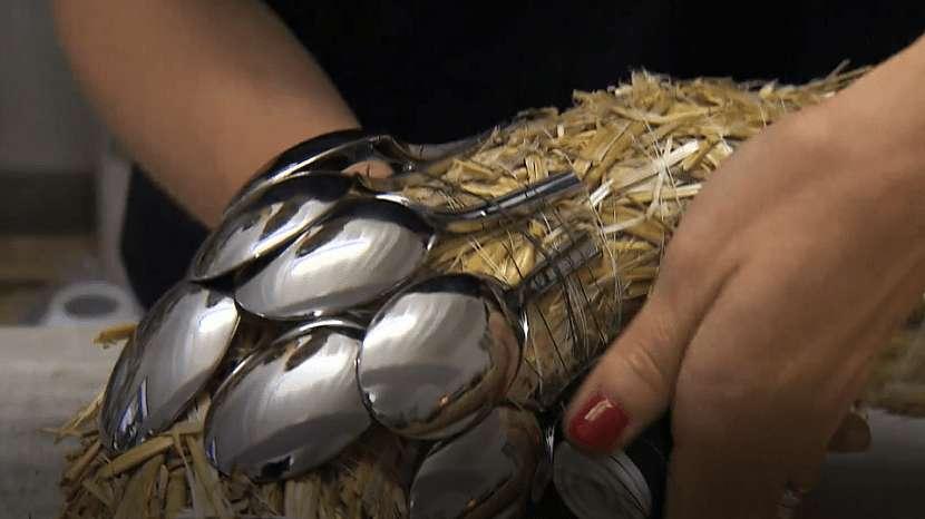 Hallowenský dekorační věnec: navažte lžičky na korpus