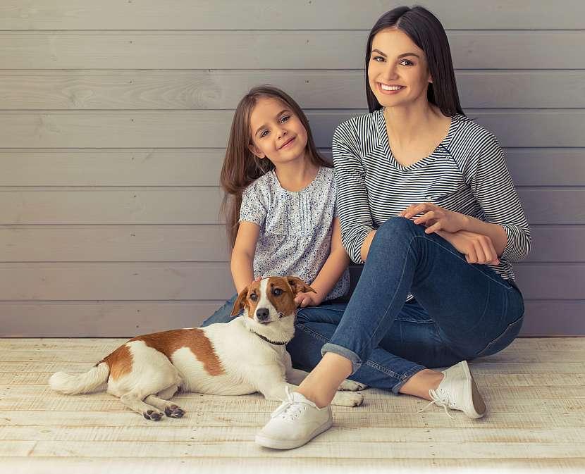Žena, dívka, pes