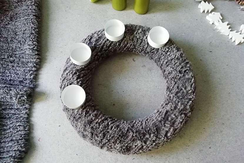 Adventní věnec z umělé kožešiny: zapíchněte kalíšky