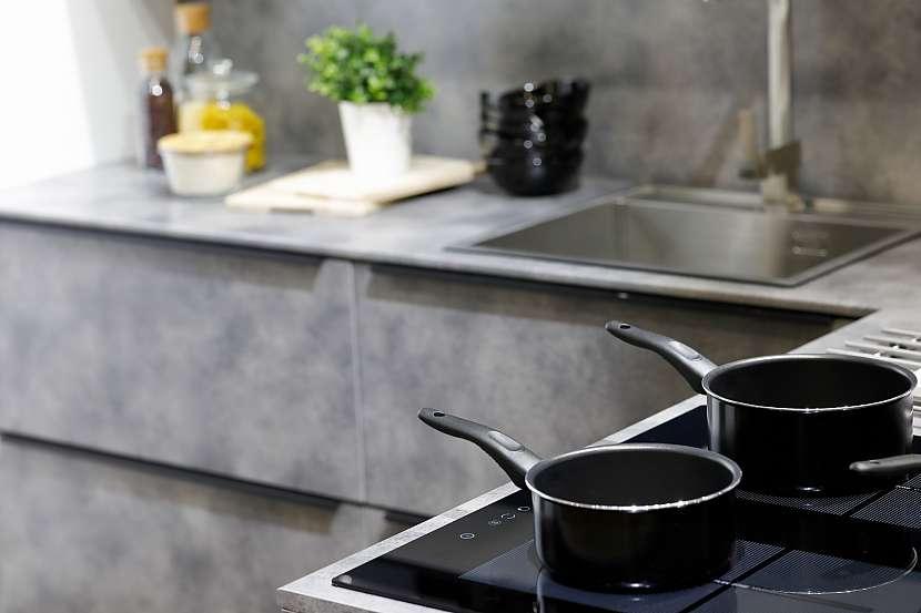 Nepřilnavé nádobí na indukční desce