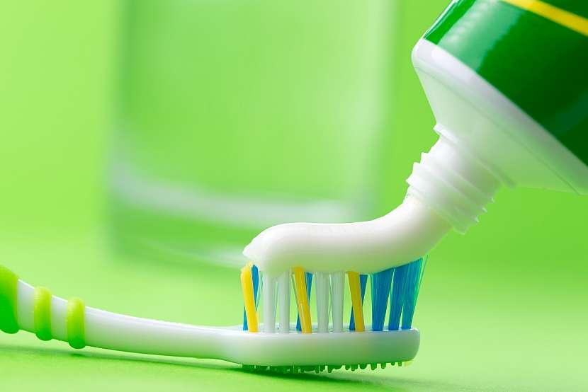 Zubní pasta na kartáčku