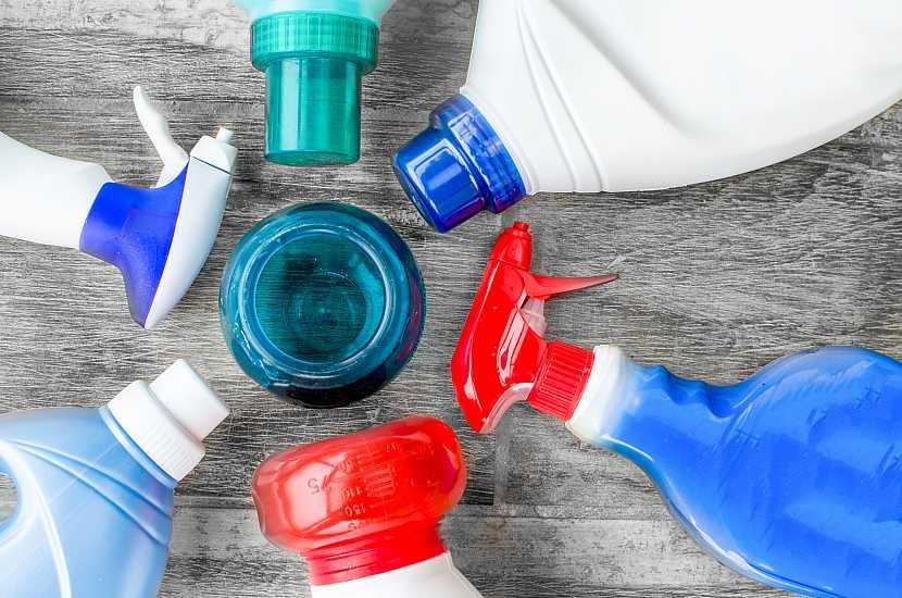 Různé nádoby s přípravky k čištění