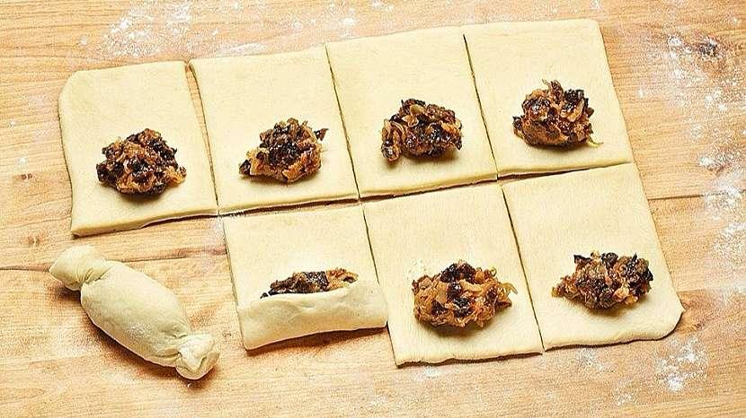 Recept na cibulovo-švestkové taštičky: těsto naplníme a zavineme