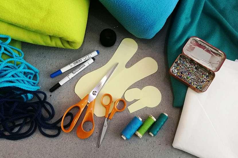 Materiál a pomůcky na ušití zajíce