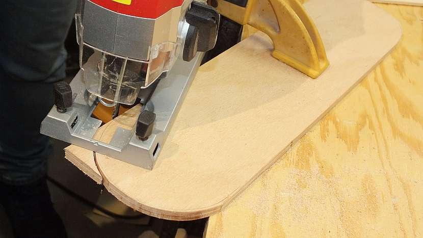 Jak se dělá dřevěný batoh: vyřízneme dokulata hrany budoucích boků