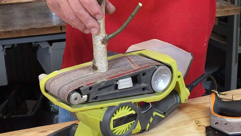 Věšák z větví: doladíme délku větví na pásové brusce