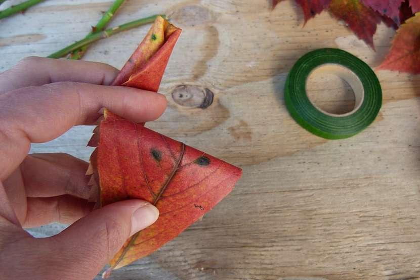 Růže z barevného podzimního listí: přidržte střed