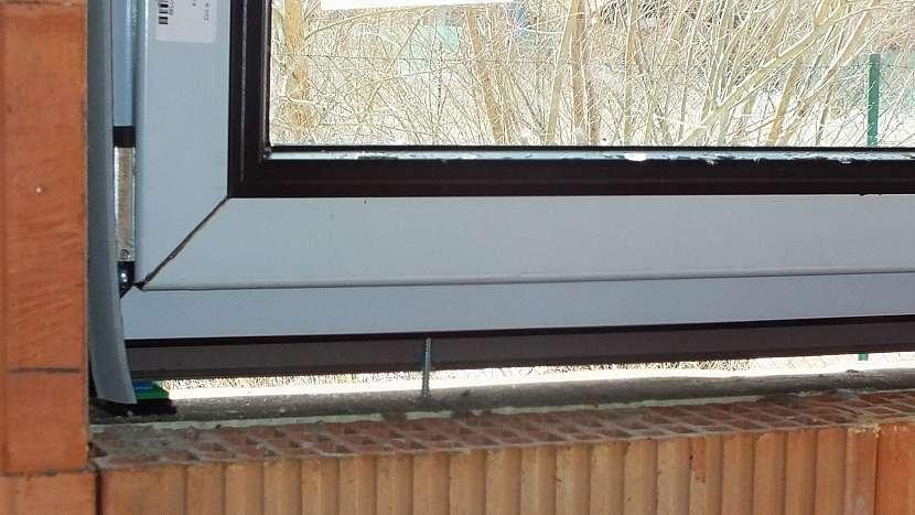 Montáž oken: hlava šroubu je zapuštěná a schová ji krytka