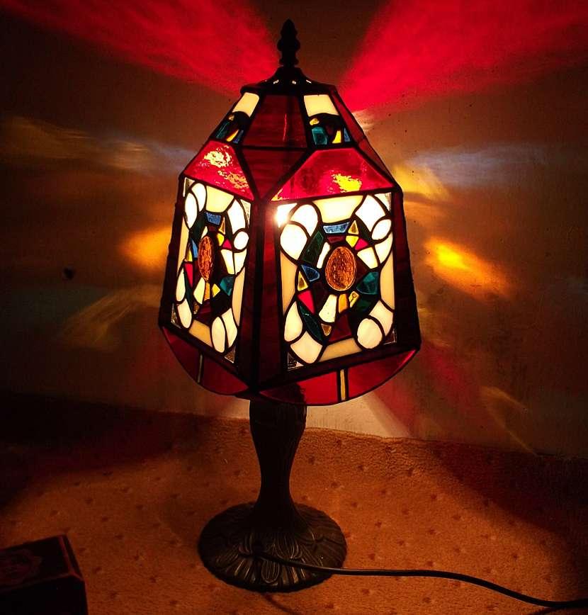 Stolní lampa, zdobená Tiffany technikou