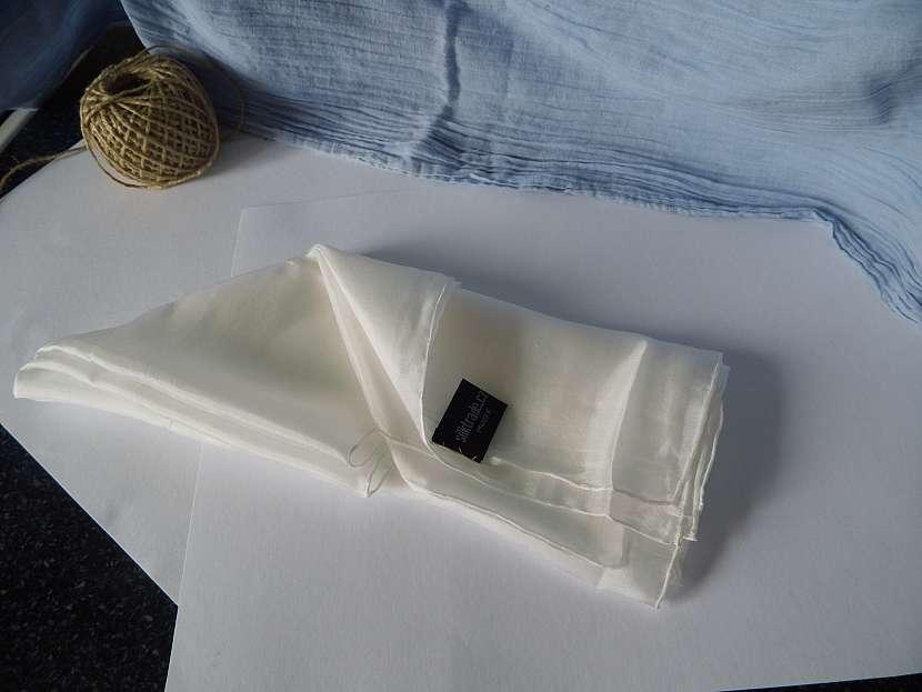 Poskládaný hedvábný šátek