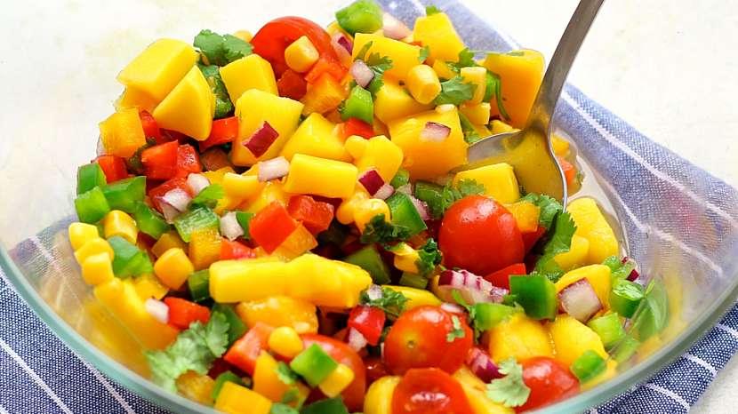 Letní saláty: mango s koriandrem a zeleninou ze zahrádky
