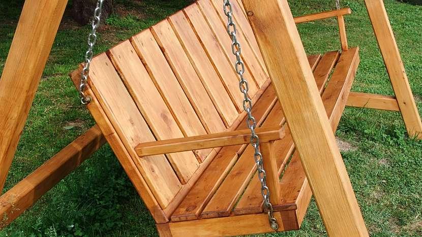 Zahradní houpačka: na zavěšení lavice použijte svařovaný řetízek