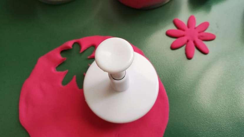 Jak vyrobit dekorativní květinky ze samotvrdnoucí hmoty 7