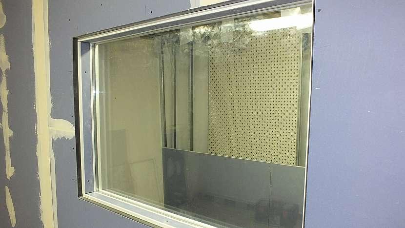 Do sádrokartonové akustické příčky je možné vložit i okno